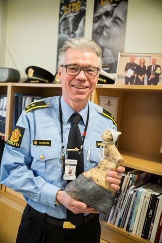 Dag Simen Grøtterud har gitt prisen hedersplassen i hyllen bak ham.