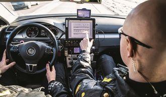 Ipaden brukes mest når betjentene sitter stille. Når de er utenfor bilen, er det mobiltelefonen som benyttes til politiarbeid på stedet.