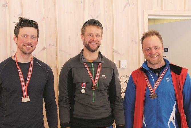 Vinnerne med velfortjente medaljer. Fv: Sølv til Thomas, gull til Petter og bronsen til Inge.
