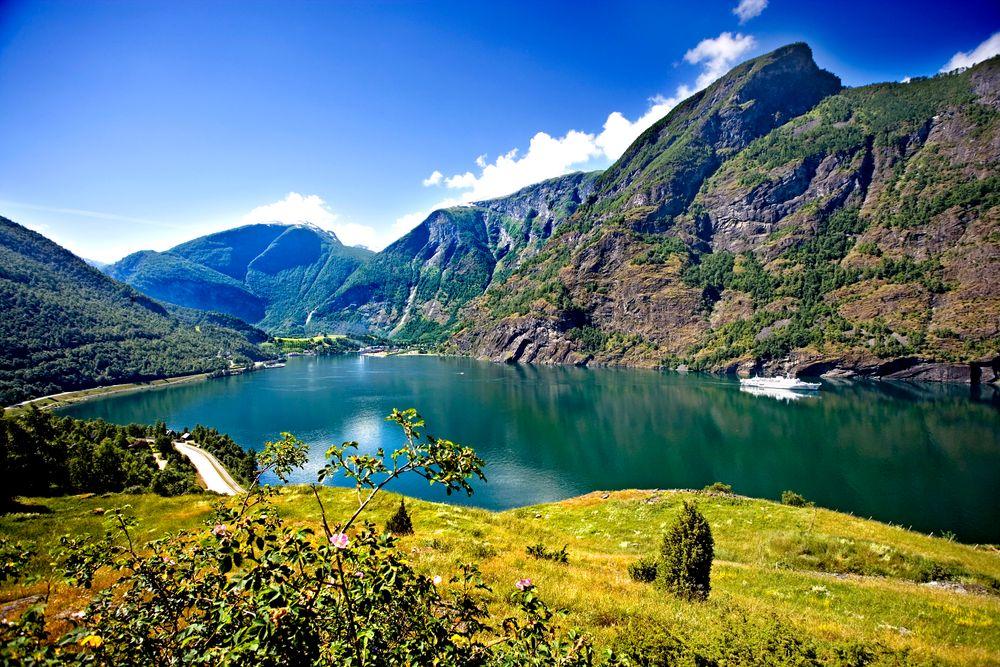 Turistene kommer for å se uberørt natur. Et lokk av eksos  ønsker  ingen. Restriksjoner og krav er påkrevet. Her fra Flåm i  Sogn og Fjordane.