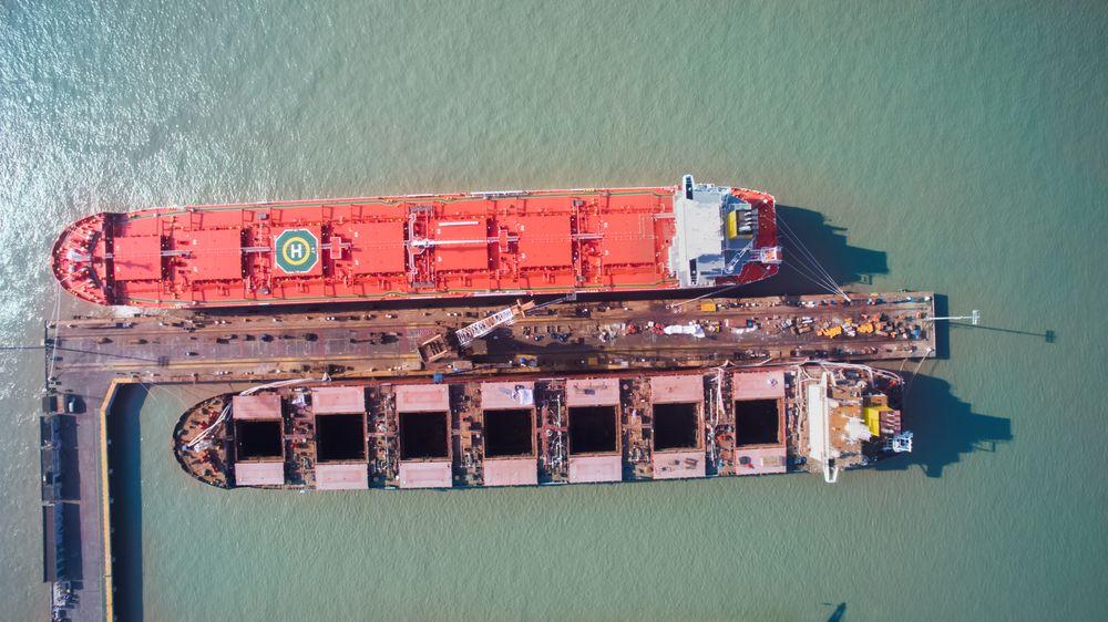 Torvald Klaveness har flere kombinasjonsskip som har frakt begge veier og dermed 40 prosent lavere CO₂-utslipp enn et standard bulkskip. Herer MV Balboa (2016) ved kai med stengte luker. Skipet er på 80.500 dødvekttonn.