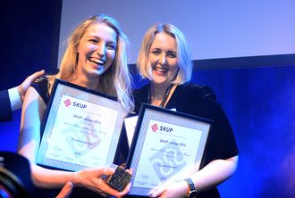 Journalistene Synnøve Åsebø og Mona Grivi Norman fra VG vant SKUP-prisen