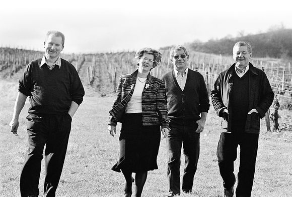 Familien bak Rolet-vinene i en av sine mange vinmarkene fordelt over fire underområder i Jura.