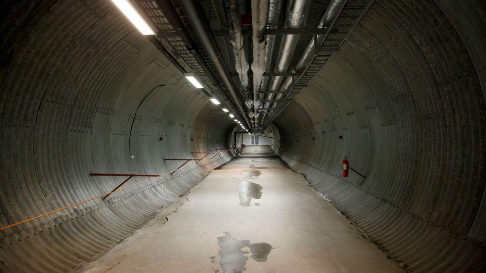 Det ble store vanninntrengninger i denne tunnelen da det plutselig begynte å regne på Svalbard i Oktober. Nå er Statsbygg i gang med å se på tiltak for å tette tunnelen.