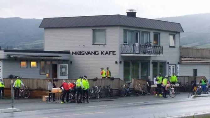 MATSTASJON: Omlag klokka halv ti fredagskveld, byrja dei første syklistane å komme til matstasjonen i Vang. Dei hadde då lagt Lærdalsdalen og Filefjell bak seg.