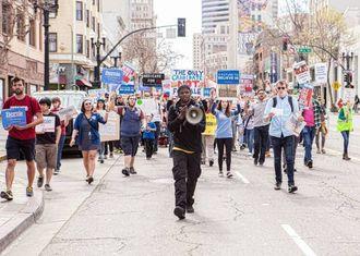 UNGE OG FRUSTRERTE: Fleire av dei unge som no engasjerer seg for Bernie Sanders har aldri før brydd seg om politikk.