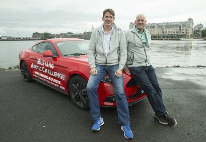 OPTIMISTAR: Dei to sjåførane før dei drog mot polarsirkelen. Då var målet å klare 1000 kilometer.