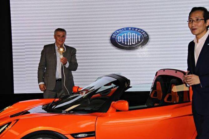 LAMPE: Bilen kan også sende straum tilbake i nettet og fungere som ei kraftkjelde. Jan Petter Kamark er dagleg leiar hos den norske importøren, Pæreholder. konsernsjef Albert Lam i Detroit Electrictil høgre.