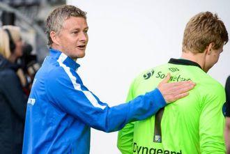 GOD TAPAR: Moldemanager Ole Gunnar Solskjær gjekk på ein tøff smell mot Sogndal for to rundar sidan, men viste stor sporstand då han gratulerte omtrent samtlege på heimelaget med sigeren. No blir han sjefen til Babacar Sarr.