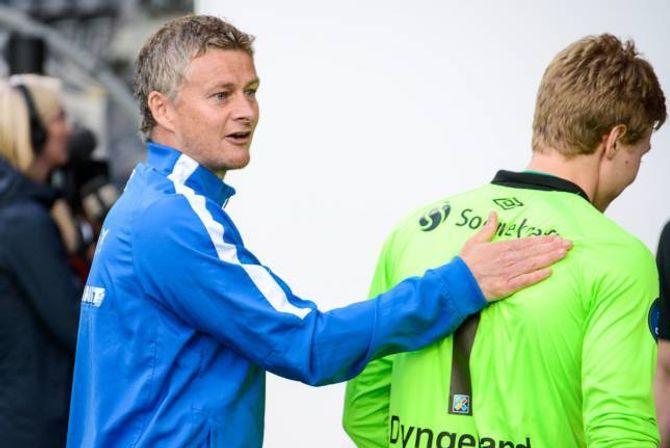 GOD SPORTSAND: Moldetrenar Ole Gunnar Solskjær var under hardt press etter tapet mot Sogndal, det fjerde på rad. Det var ikkje lett å sjå, der han gratulerte omtrent det som var av sogndalspelarar og støtteapparat med sigeren etter kampen.