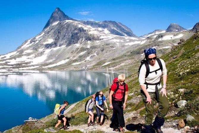 TURAR: Vinjerockarar frå eit tidlegare år på fjelltur med Falketind i bakgrunnen - som det blir arrangert guida tur til i år.