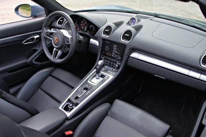 ORDEN: Interiøret er velfungerande og du sit lågt. Som det sømer seg i ein sportsbil er turteljaren i midten framfor føraren og som i alle Porschar er startknappen til venstre for rattet.