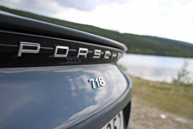NYE TAL: Denne midtlivsoppgraderte versjonen av Boxster har i tillegg fått med tala 718, det same gjeld hard-top-versjonen Cayman. Ein liten hommage til racingbilen Porsche 718 frå slutten av femti- og byrjinga av sekstitalet.