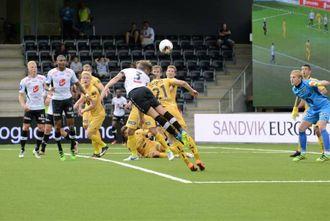 NOK AV SJANSAR: Bjørn Inge Utvik satsar alt i duellen, men greier ikkje å heade hjørnesparket på mål.