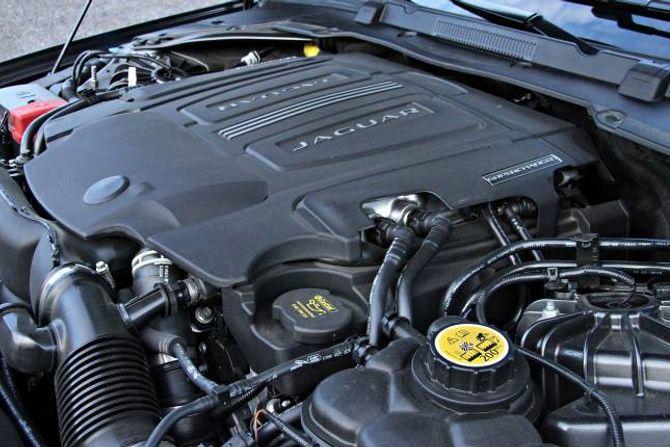 V6-MOTOR: En sterk, sekssylindret, motor gir gjenklang hos Jaguar-entusiasten, mens det stort sett selges utgaver med fire sylindret dieselmotor.
