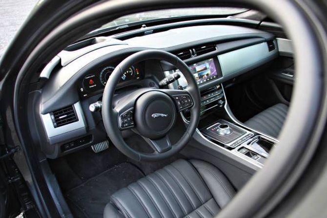 STIL: Innvendig har den fått et løft, hvor en ny skjerm i midten og en rekke visuelle valg på det digitale dashbordet foran føreren, gjør at bilen føles langt mer moderne enn forrige XF-modell.