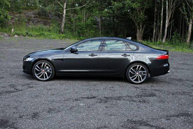ELEGANT: Bilen er nær fem meter lang og med en coupé-aktig profil blir det en av de mer elegante bilene i sitt segment.