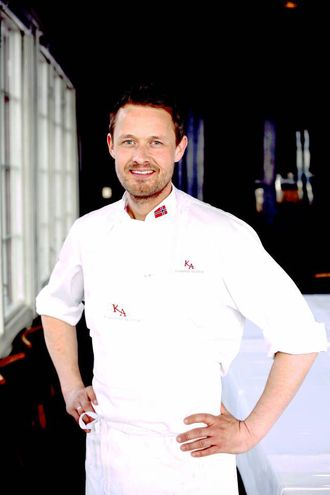 Øyvind Hjelle er kjent fra TV og flere bokutgivelser. Han har vært kokk i 25 år ved noen av Oslos fremste restauranter. Nå arbeider han med utvikling for norske matleverandører og er fast matskribent for NTB.