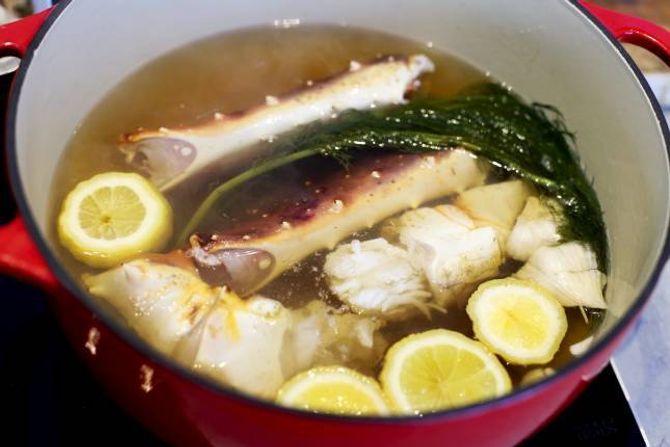 RASK MIDDAG: Det tar ti minutter å koke kongekrabben.