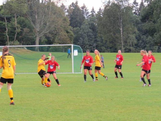 SLITNE: Jentene frå Leikanger var skuffa etter fredagens tap under Norway Cup.