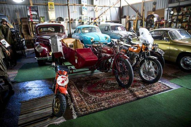 MYKJE Å SJÅ: Det er så mange køyretøy i «museumshallen» til Torbjørn Nilsen at ein treng litt tid på å fordøye alt. I midten av bildet står eksempelvis ein Indian, ein amerikansk motorsykkel frå 1919.