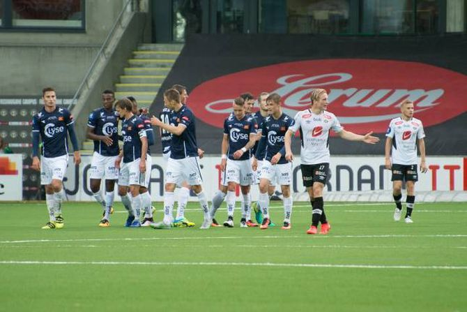 0-1: Eirik Birkelund og Taijo Teniste deppar etter at Viking har gått opp i leiinga. Kampen var nesten over då Sogndal endeleg fekk fart på spelet.