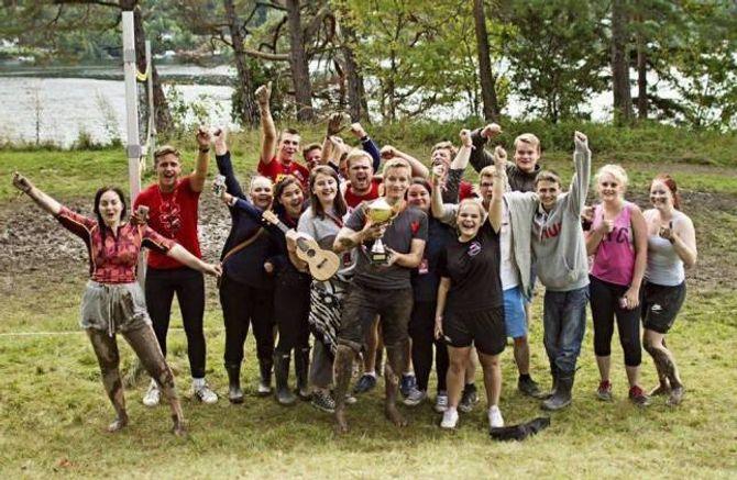 VANN TURNERING: Gjengen frå Sogn og Fjordane hadde som mål å ikkje kome på siste plass i volleyball-turneringa, men dei stakk av med seieren og vann turneringa.