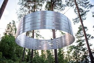 MINNESMERKE: På bilete ovanfor ser ein navna til alle som mista livet under tragedien i 2011.
