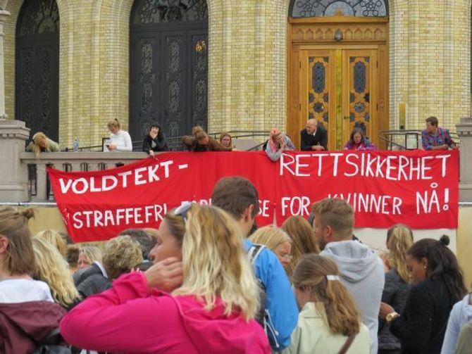 DEMONSTRASJON: Tusenvis møtte opp for å demonstrera for rettstryggleik for kvinner i Oslo.
