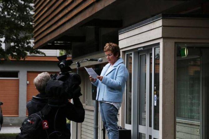 – VÅR JENTA: Inger Bakken held appell framføre rådhuset i Lærdal. – Me vil først og fremst støtte Andrea, ho er vår jenta.
