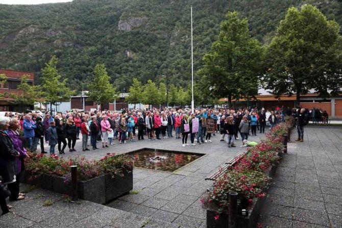 MYKJE FOLK: Over 300 møtte opp på torget framføre rådhuset i Lærdal.