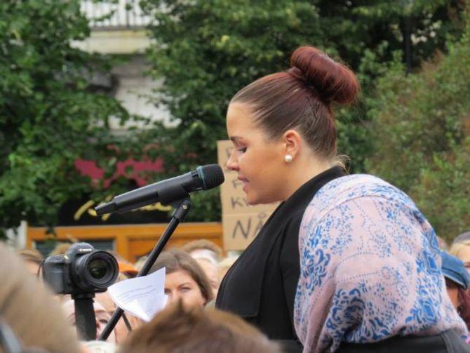 APPELL: Bloggar og føredragshaldar June Holm delte si valdtektshistorie under demonstrasjonen i Oslo.