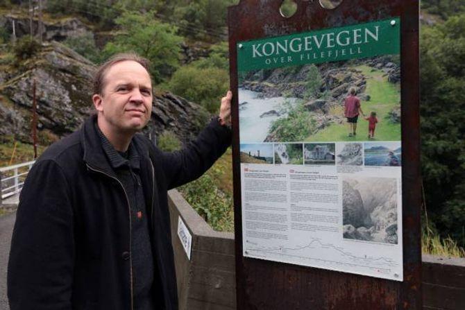 ENTUSIASME: Jan Adriansen fortel med stor entusiasme korleis historie dei to bruene i Galdane har.