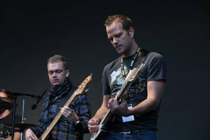 KAN LÅTANE UTANATT: Ørjan Lindborg og Tomas Styve har mange timar i øvingsrommet i ungdomsklubben Kjedlar'n, der dei har øvd på Dizzy Mizz Lizzy-låtar.