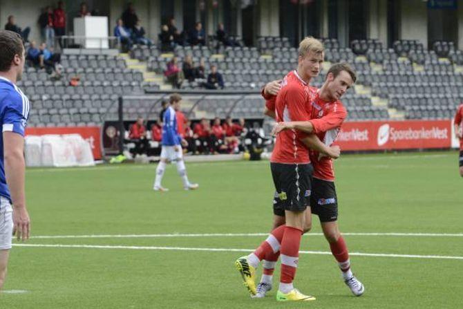 KONGE I LUFTA: Mathias Flo blir gratulert av lagkameratane etter å ha stanga inn 1-0 til Fjøra.