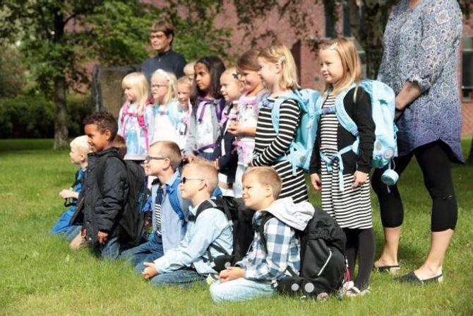 BILETE: Første skuledag skal sjølvsagt dokumenterast, og ungane stiller tolmodig opp til bilete.