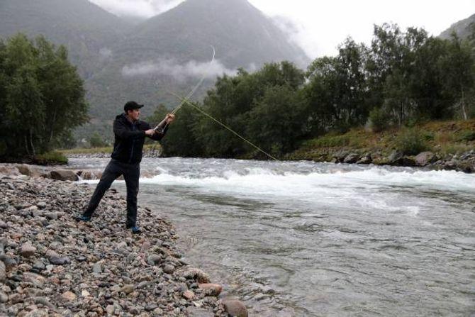 EKSKLUSIVT: Nyberge set pris på eit så godt tilbod, og meiner det er eksklusivt å få fiske i Lærdalselvi.