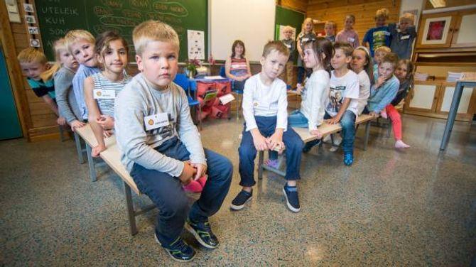 SPENT GJENG: Her er klasse 1c ved Trudvang skule klare for første skuledag. For mange var det eit spent første møte, både med skulen og med medelevane.