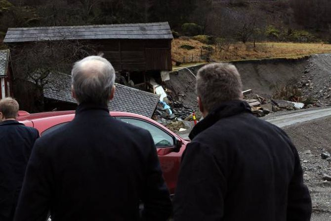 STORE ØYDELEGGJINGAR: I desember 2014 besøkte Jonas Gahr Støre (Ap) Flåm for å sjå på skadane etter flaumen.