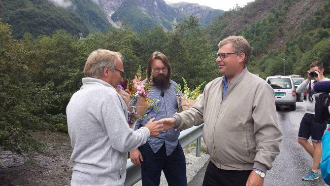 FEKK BLOME: Gilbu og Steensen mottok kvar sin blome frå ordføraren onsdag.