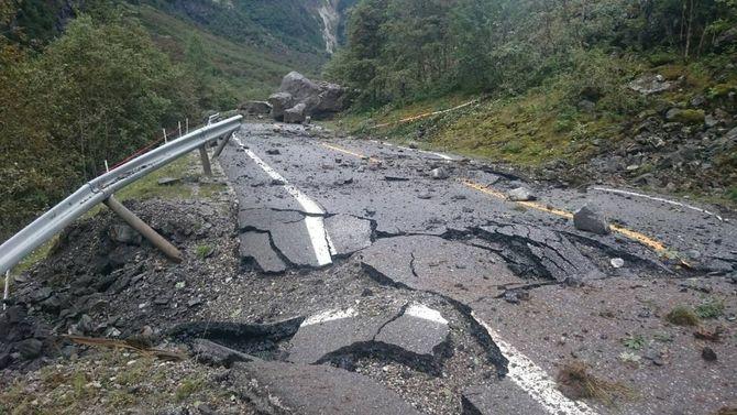 SKADAR: Her ser ein kor store skadar vegbana har fått frå steinane.