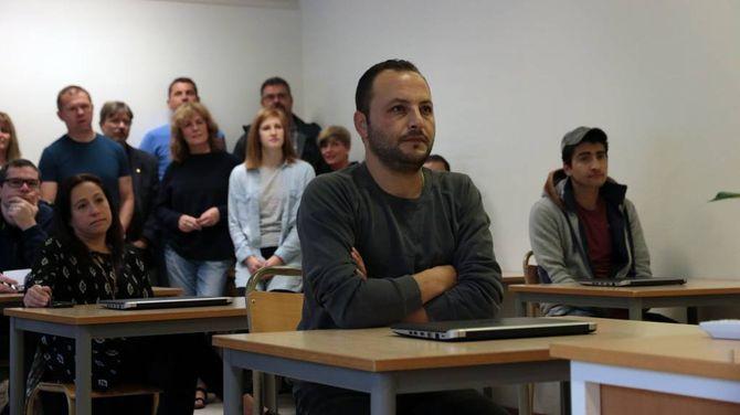 FØRSTE SKULEDAG: For tolv elevar var dette første skuledagen deira på den nye vaksenopplæringa i Lærdal.