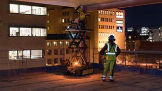 GOD ARBEIDSKOMPIS: Roboten borer hol i betongtak på byggjeplassar, medan handtverkaren berre kan stå og sjå på.