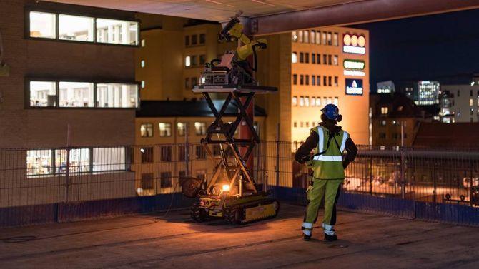 FOR SAL: nLink har allereie ein robot ute på marknaden. Den borer hol i betongtak på byggjeplassar, medan handtverkaren berre kan stå og sjå på.
