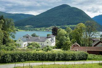 RIK HISTORIKE: Kaupanger Hovedgård på Kaupanger er over 300 år gamal og har ei rik historie. Familien Knagenhjelm er blant dei største grunneigarane i landet og ansvaret for å skytte dei freda bygga er stort.