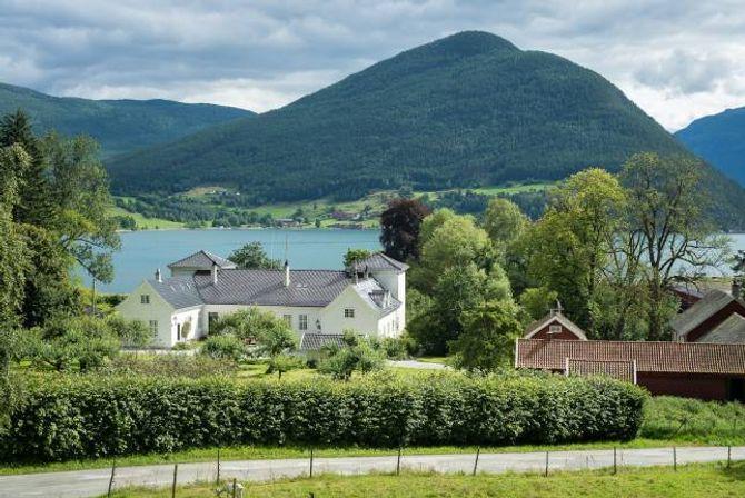 FREDA: Kaupanger hovedgård og området rundt er freda kulturminne. Sauefjøsen er frå 1854 og det eldste driftsbygget på garden.