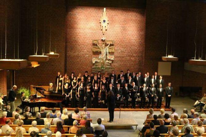 KONSERT: Koret Wiener Staatsopernchor hadde konsert for ei fullsatt kyrkje.