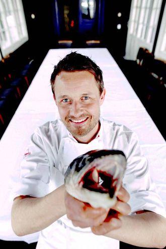 Øyvind Hjelle er kjent frå TV og har gitt ut fleire bøker. Han har vore kokk i 25 år ved nokre av dei fremste restaurantane i Oslo. No arbeider han med utvikling for norske matleverandørar og er fast matskribent for NTB.