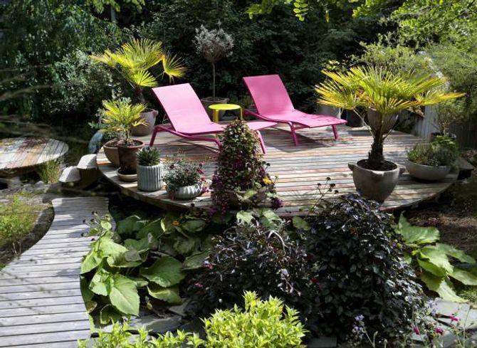 LOUNGE: Rundt om i hagen har eigarane laga sittesoner for ulike sol- og vêrforhold.