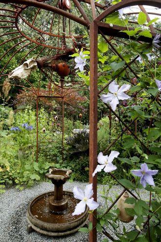 VATN: Hagen har tre fontener. Denne portalen i jern med fontene i midten møter deg ved inngangspartiet.